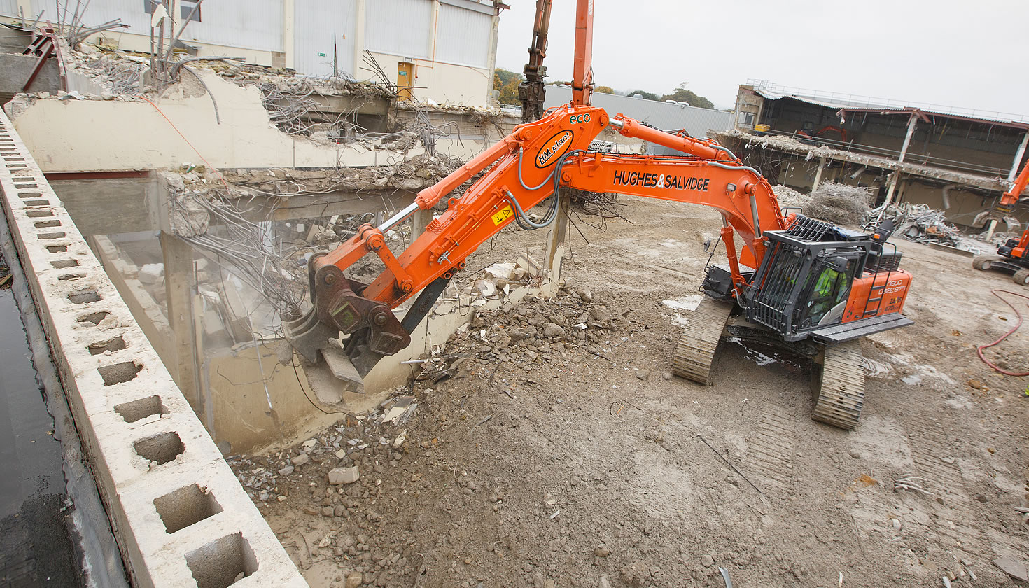 ZX470LCH-5 excavator demolishing buildings