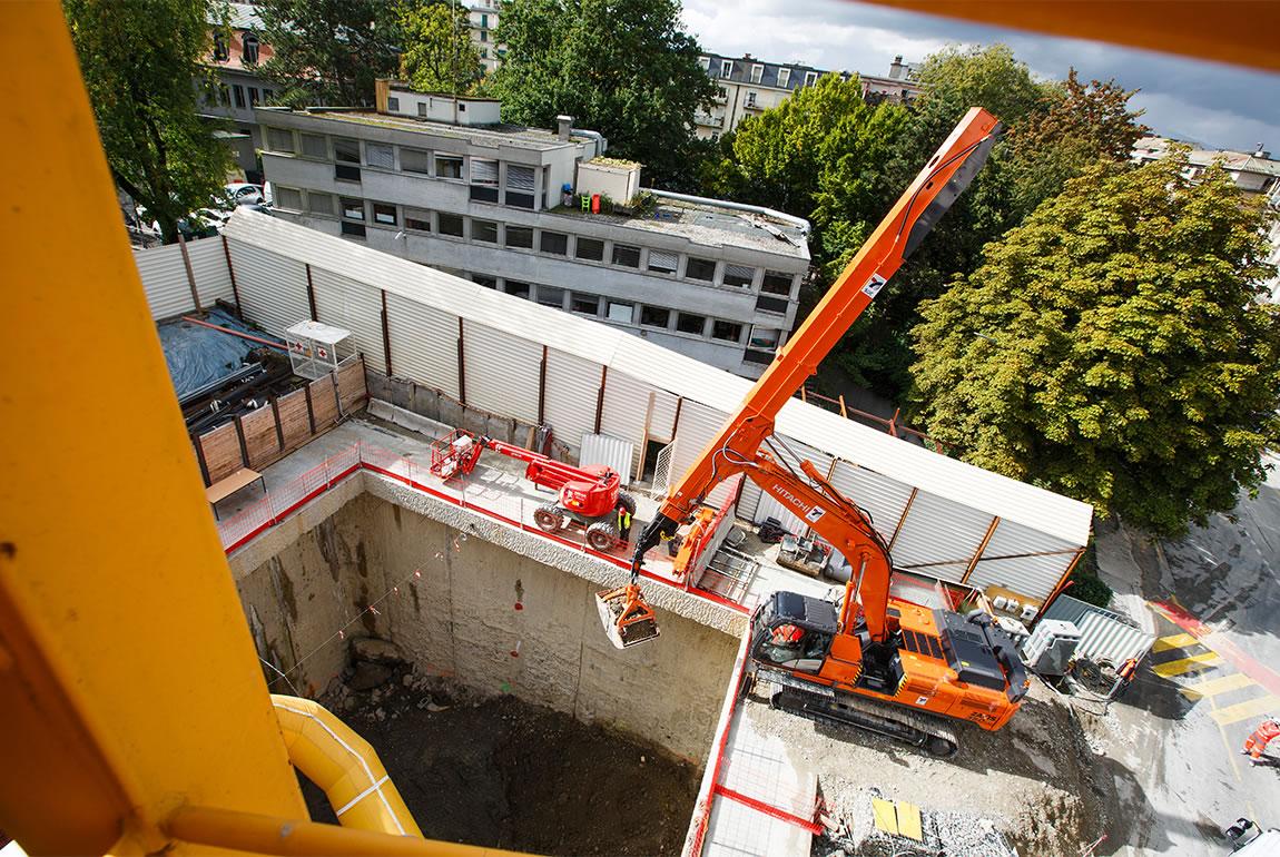 Hitachi ZX350LC-5 telescopic clamshell excavator at work in Geneva