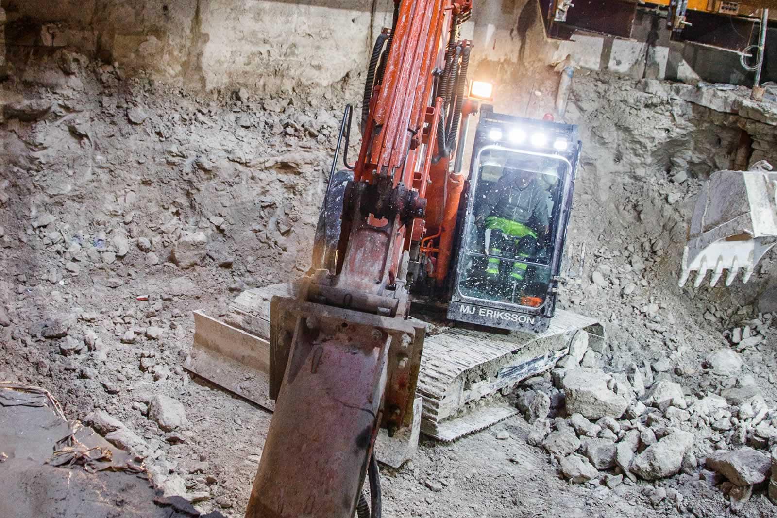 La ZX135US-5 en action sous le niveau du sol