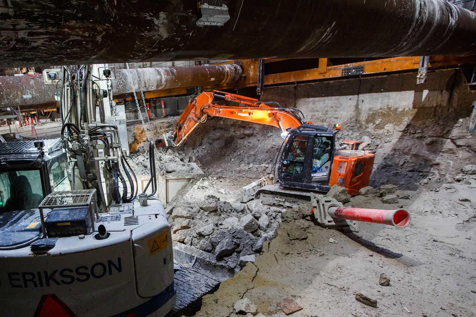 Les pelles Hitachi ZX135US évacuent la terre et le calcaire