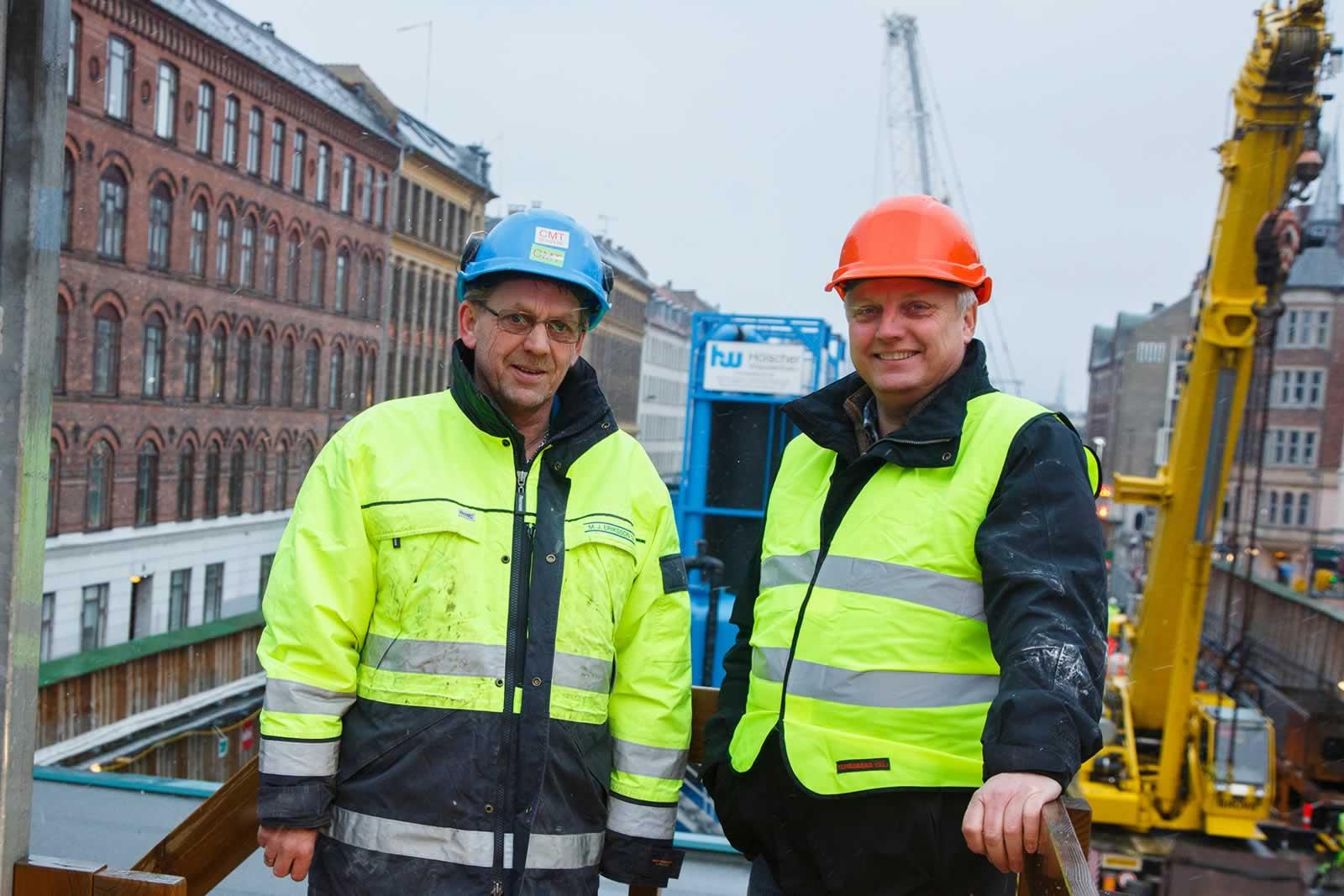 Erik Inmark, contremaître chez MJ Eriksson, avec Henrik Sørensen, responsable régional de HP Entreprenørmaskiner