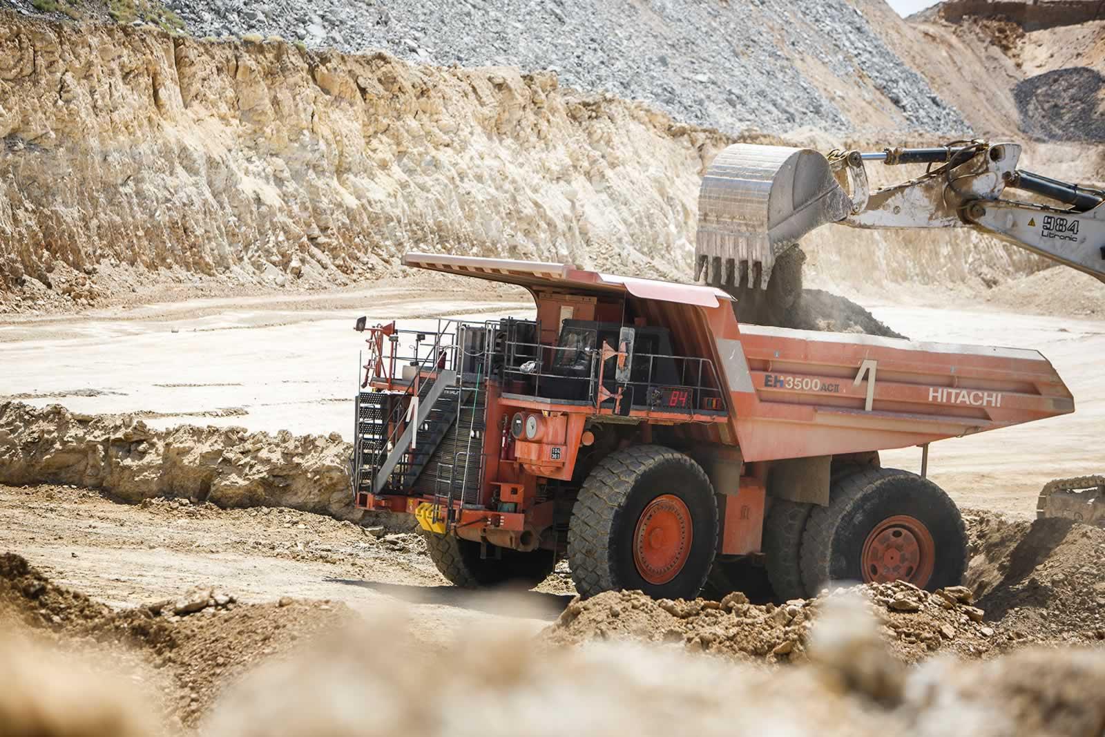 Tombereau Hitachi dans la mine de phosphate
