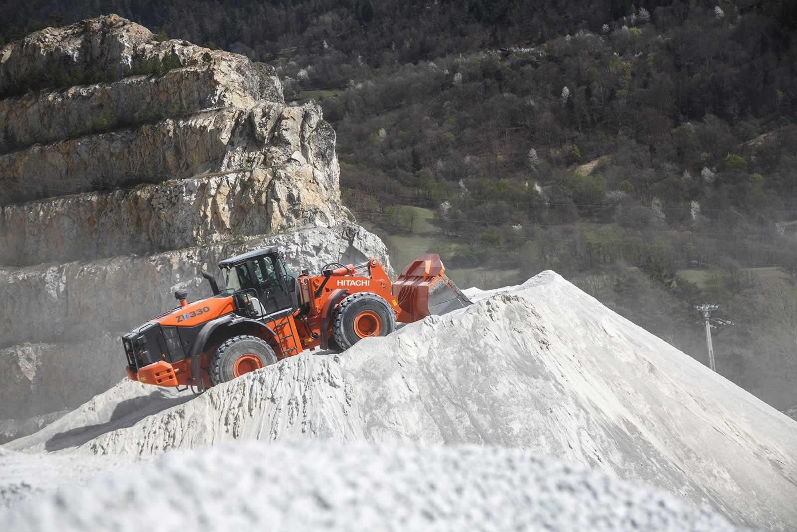 La chargeuse sur pneus ZW330-5 en action dans la carrière de calcaire de Socavi